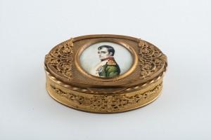 Бонбоньерка с портретом Наполеона I. Металл, миниатюра на кости, гуашь. Франция. Нач. XIX